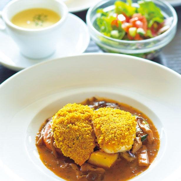 週替わりランチは1150円(月曜~金曜限定)の一例。メインは鶏胸肉のスパイスパン粉焼き 季節の温野菜添え/土佐和紙工芸村 くらうど