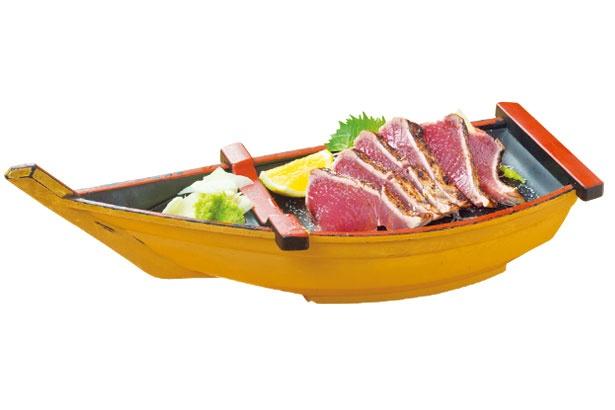 やいろ亭のカツオ塩タタキ(6切れ・1500円)。厳選した生のカツオを藁焼きに。厚切りで濃厚!/ひろめ市場