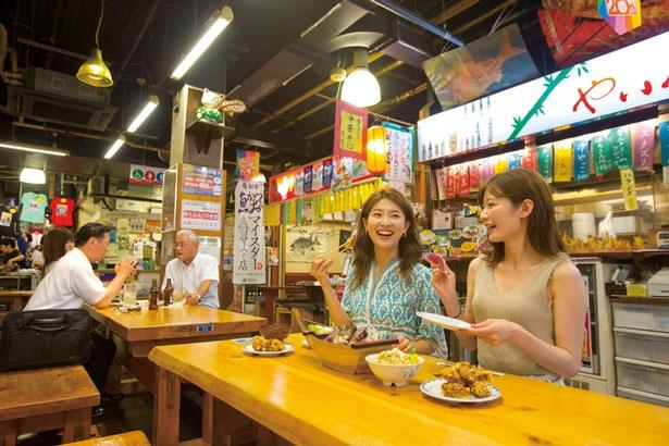 自由広場やお城下広場などにテーブルが多数あり。まず席を確保して料理を買いに行こう/ひろめ市場