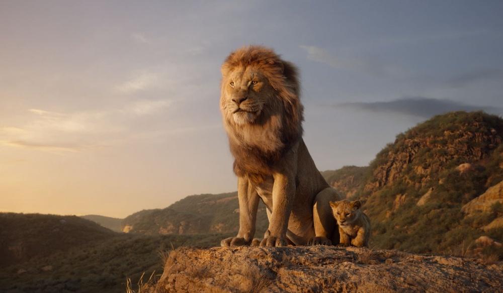 ライオンの王ムファサに息子のシンバが誕生するが、ある悲劇からムファサは命を落としてしまい…