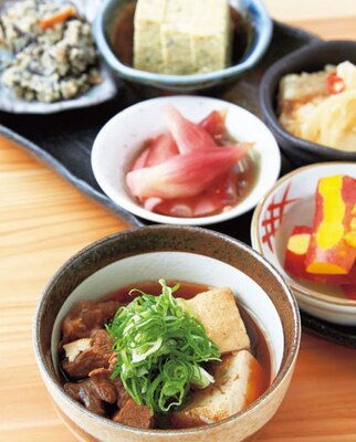 【写真を見る】和牛すじ豆腐(手前・410円)、おばんざいおまかせ盛り合わせ(奥・540円)/お魚とおばんざい なんばなか じゅにや
