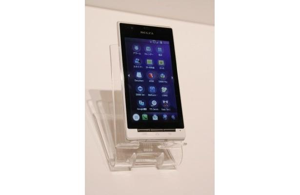 今春auから発売されるスマートフォン・REGZA Phone IS04。CMでは大野智が使用