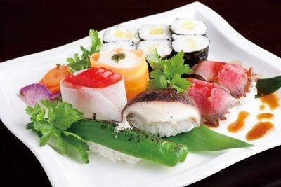 契約農家から直送の野菜は味が濃い。手前から時計回りに京都万願寺唐辛子のにぎり、トマトのダイコンスライス巻き、ジネンジョのニンジンスライス巻きなど