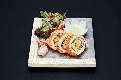 上海から上陸! 「SHARI THE TOKYO SUSHI BAR」の「カルフォルニアロール」(5貫700円)は、サラダや旬の魚介類などを巻いている。彩りがキレイ!