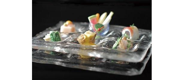 季節の野菜による創作料理が6種並ぶ「前菜の盛り合わせ」(参考価格700円)は、皿にもこだわる見事な盛り付け!
