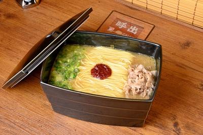 鶏を贅沢に使用した「一蘭ラーメン -100%とんこつ不使用」(1180円)/一蘭 なんば御堂筋店