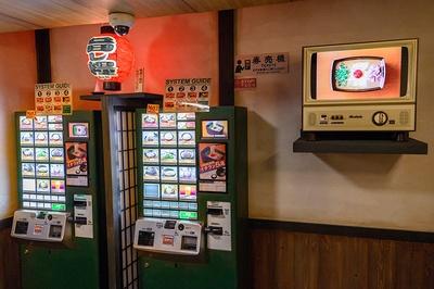 昭和の日本をイメージしたレトロ感のある店内/一蘭 なんば御堂筋店