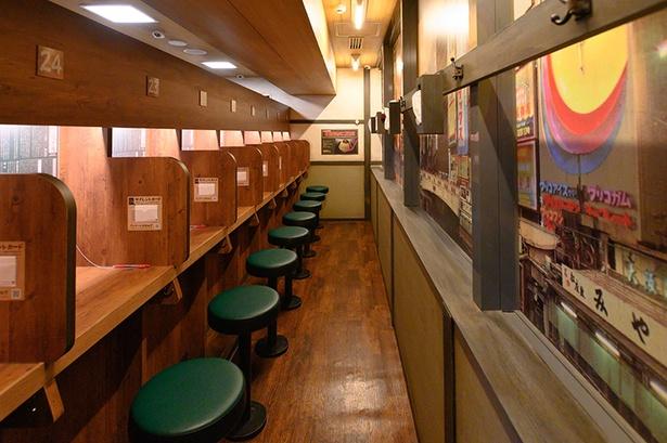 【写真を見る】一蘭が元祖として掲げる「味集中カウンター」は健在/一蘭 なんば御堂筋店
