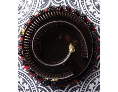 ヴァローナのビターチョコレートのムースでブラックベリー&ブルーベリーのジュレを包み込み、 繊細なチョコレートでラビリンスを表現した「ハッターが待つラビリンス・ノワール」