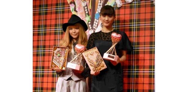 「ORICON Valentine Festa 2011」の「バレンタインクイーンアワード2011」の授賞式に登場した(写真左から)益若つばさ、綾瀬はるか