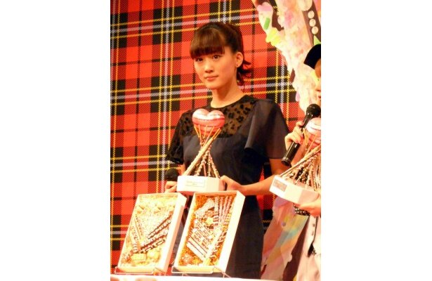 デコポッキーを見た綾瀬は「自分が知っているお菓子が、こんな風に変わるなんて…」と驚く