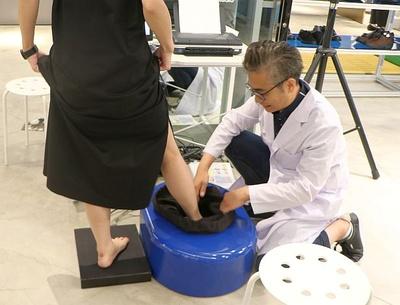 【写真を見る】メディア向け内覧会で行われたシューフィッターによる3次元足型自動計測機体験