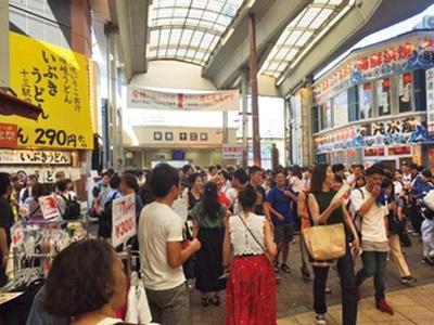 最も混雑する人気駅十三駅では協賛観覧席から観賞を/なにわ淀川花火大会