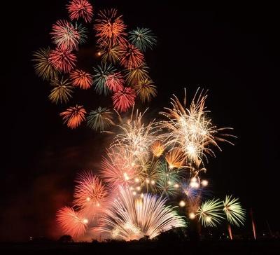 「永遠の平和と繁栄」を願い打ち上げられる花火は、大会オリジナルの「かめまる花火」など個性豊かなものがいっぱい/亀岡平和祭保津川市民花火大会