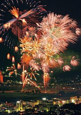 フィナーレを飾るのは「ウルトラ特大スターマイン」。息をするのを忘れるほどの迫力と美しさ/亀岡平和祭保津川市民花火大会