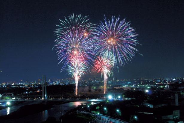 一番のビュースポットは猪名川神津大橋南側河川敷。ここからなら、どこからでも美しく観賞できる/いたみ花火大会