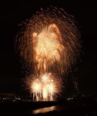【写真を見る】阪神高速池田線を一時通行止めにして花火が打ち上げられる。華やかな花火の連続に目がくぎづけに!/猪名川花火大会