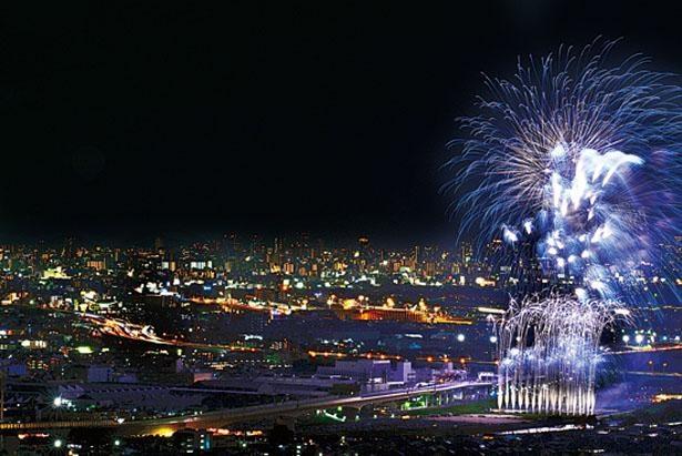 色とりどりのスターマインが盛大に打ち上げられる様は圧巻。約4000発の花火が美しい光の花となって夏の夜空を舞う/猪名川花火大会