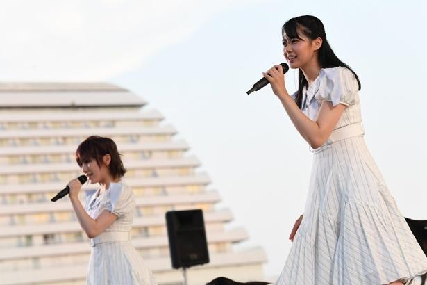 熱唱する岡田奈々(左)・瀧野由美子(右)
