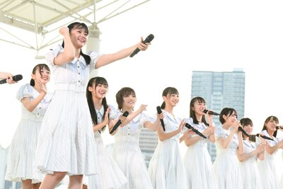笑顔が弾ける瀧野由美子(左から2人目)らSTU48のメンバー