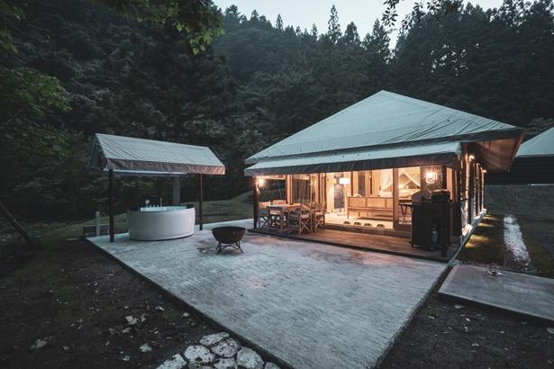 """200平方メートルを超えるプライベートガーデンや、テントから直接階段で降りられる""""プライベート渓谷""""も「SUITE TENT」の魅力"""