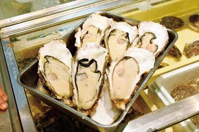 プリプリの真ガキ2個(680円~)。身も厚く濃厚な甘味が魅力。値段は仕入れによって異なる/かき屋 錦・だいやす