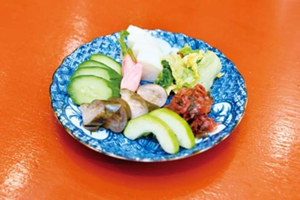 【写真を見る】ぬか漬けの盛り合わせ(380円)。キュウリなど人気の漬物7種を一度に味わえる/立ちのみ 賀花
