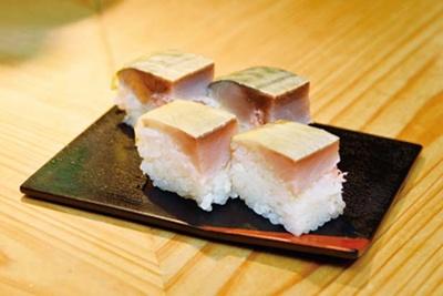 ひと口サイズの名物の鯖ずし(1皿540円)。これだけを食べに来る常連も多い/立ち食い寿司 英