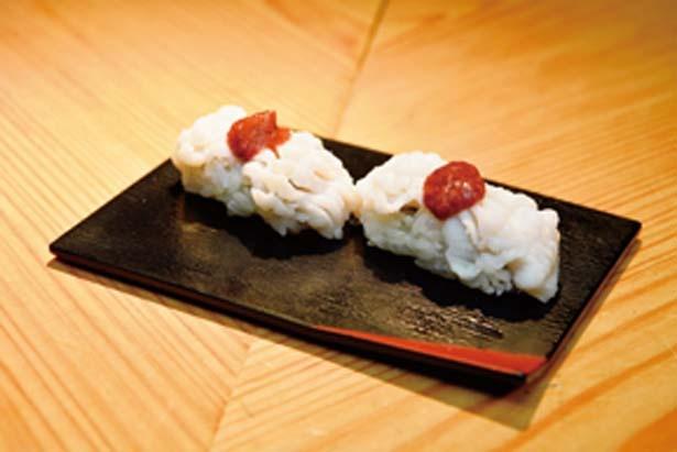 はも2貫(540円)。夏の京都に欠かせないメニュー。梅肉でさっぱりとした味わい/立ち食い寿司 英