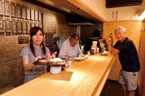 明るい店主がお迎え。店が小さい分、店のスタッフとの距離も近く、自然と会話も弾んでくる/立ち食い寿司 英