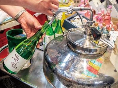 店オリジナルの純米吟醸「都鶴」もあり、店頭で量り売りもしている(650円/150ml~)/津之喜酒舗