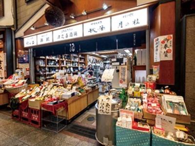 量り売りされている「都鶴」はよく冷えていて、その場で飲むこともできる/津之喜酒舗