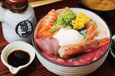 半熟卵付きの海鮮丼(1400円)/お食事処 大輝