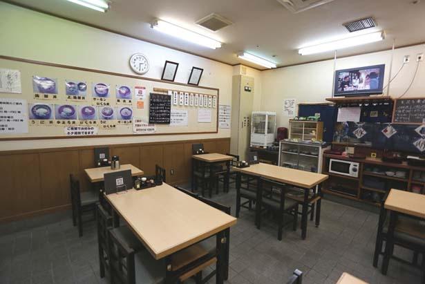 壁にはられたメニューは海鮮系の丼のみ写真付きで紹介/お食事処 大輝