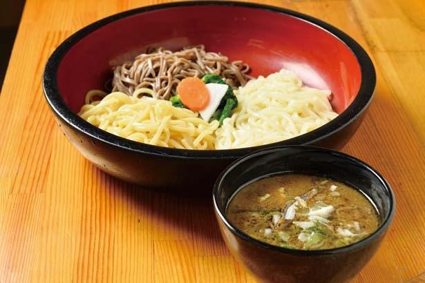 三種盛(980円)は細うどん、黒そば、中華麺の3種類の麺が1玉ずつ楽しめる/鴨錦 中央市場店