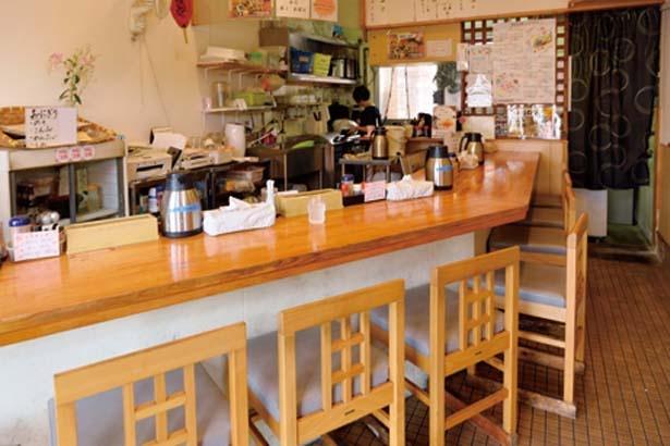 席はカウンターのみ。店は正面入ってすぐにあり、路面店のように利用しやすい/鴨錦 中央市場店
