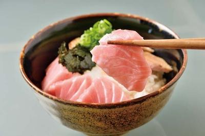 【写真を見る】1日10食限定の大トロ丼は1080円と格安。刺身と炙りの2種類の味が楽しめる/居酒屋 まゆとろ