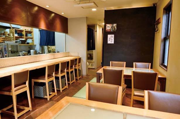 1階はカウンターとテーブルで18席、2階が宴会用のスペースになっている/居酒屋 まゆとろ