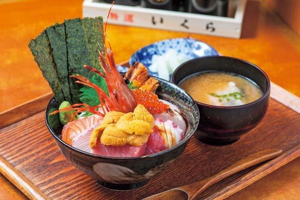 【写真を見る】ボタンエビやウニ、旬の魚など12種の魚介が入ったウニ海鮮丼(2500円)/木津 魚市食堂