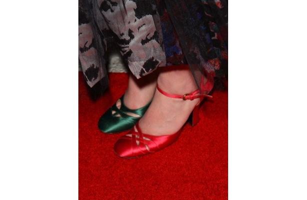 【写真】片方ずつ違う緑と赤の靴を履いてレッドカーペットに現れて大いに注目を集めた