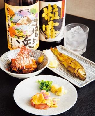 ももたたき(手前・626円)、豚の角煮(奥左・486円)、鮎の焼きもん(奥右486円)/立ち飲み 海