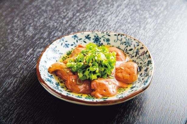 【写真を見る】黒さつま鶏の鮮度と肉本来の旨味を実感できるレバ刺し(410円)も必食/立ち飲み 海
