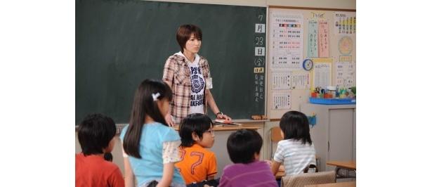 【写真】吉瀬美智子が感情むきだしの女教師を演じる!
