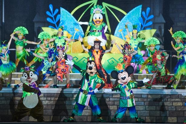 ジャングルをイメージしたステージで、ディズニーの仲間たちがパフォーマンスを繰り広げる「オー!サマー・バンザイ!」