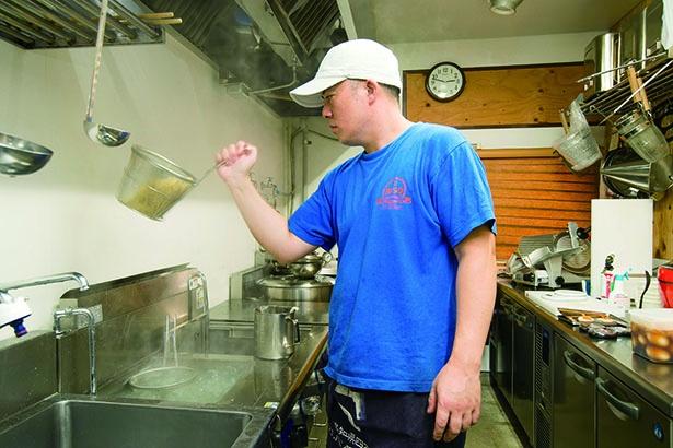 毎日店内奥にある麺打ち場で麺を打つ、店主の松澤一隆さん