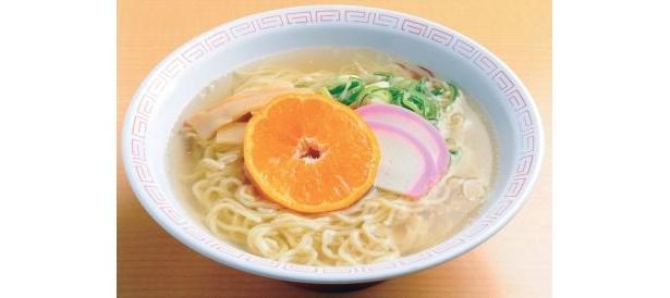 「喫茶 レストラン 月見茶屋」の「南濃みかんラーメン」はみかんの果汁が麺に練り込んである!