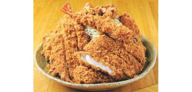 「洋食工房 パセリ」(名古屋・塩釜口)の「最強パセリ定食」(1980円)は、高さ14cmの激盛り!