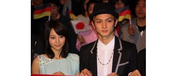 『白夜行』の初日舞台挨拶に登壇した堀北真希と高良健吾
