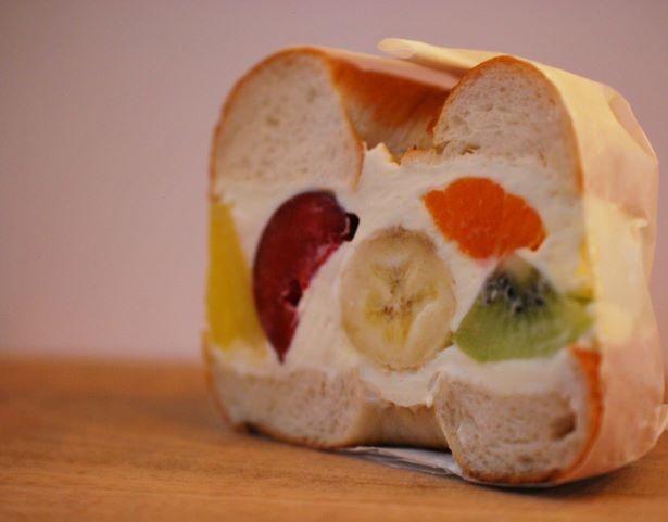 【写真】大ぶりの果物とたっぷりのクリームを挟んだフルーツサンドは560円から