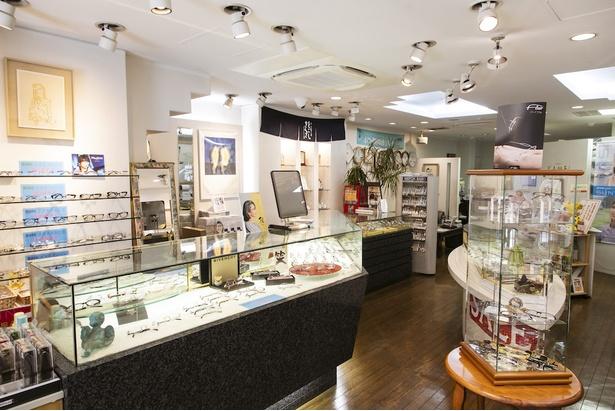 広々とした店内には紳士物のメガネを中心に、遠近両用メガネやブランドメガネ、ネックレスや指輪などの宝飾品、時計などが並ぶ